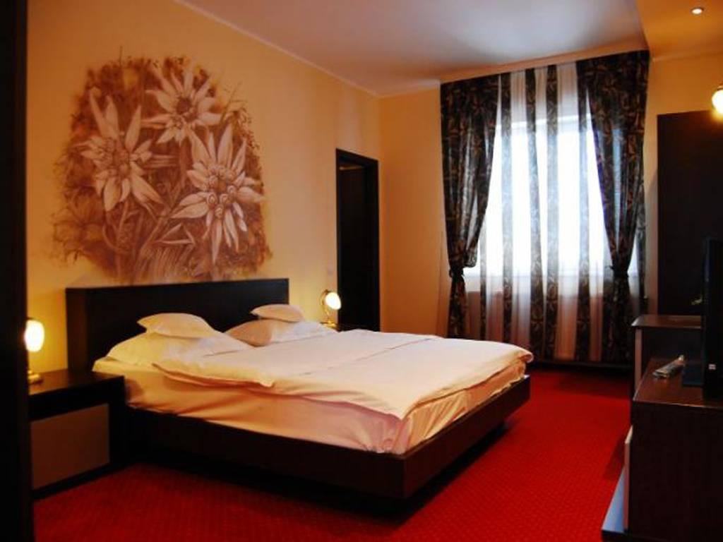 Poza Revelion 2019 langa Cetatea Rasnov! Hotel Max International, 3 sau 4 nopti cu Mic dejun zilnic, Cina festiva de Revelion cu petrecere si Cina pe 01 Ian 2019! 29 Dec 2018- 02 Ian 2019 3